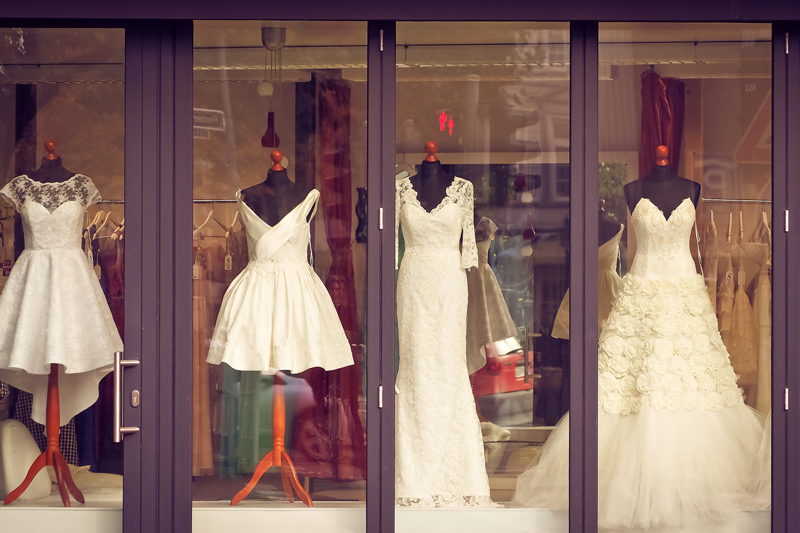 devanture d'un magasin de robes de mariée